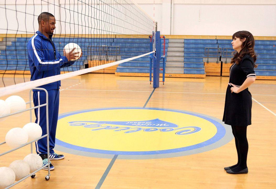 Jess (Zooey Deschanel, r.) stellt Coach (Damon Wayans Jr., l.) als neuen Volleyballtrainer an ihrer Schule ein, muss ihn jedoch gleich wieder feuern... - Bildquelle: TM &   2014 Fox and its related entities. All rights reserved.
