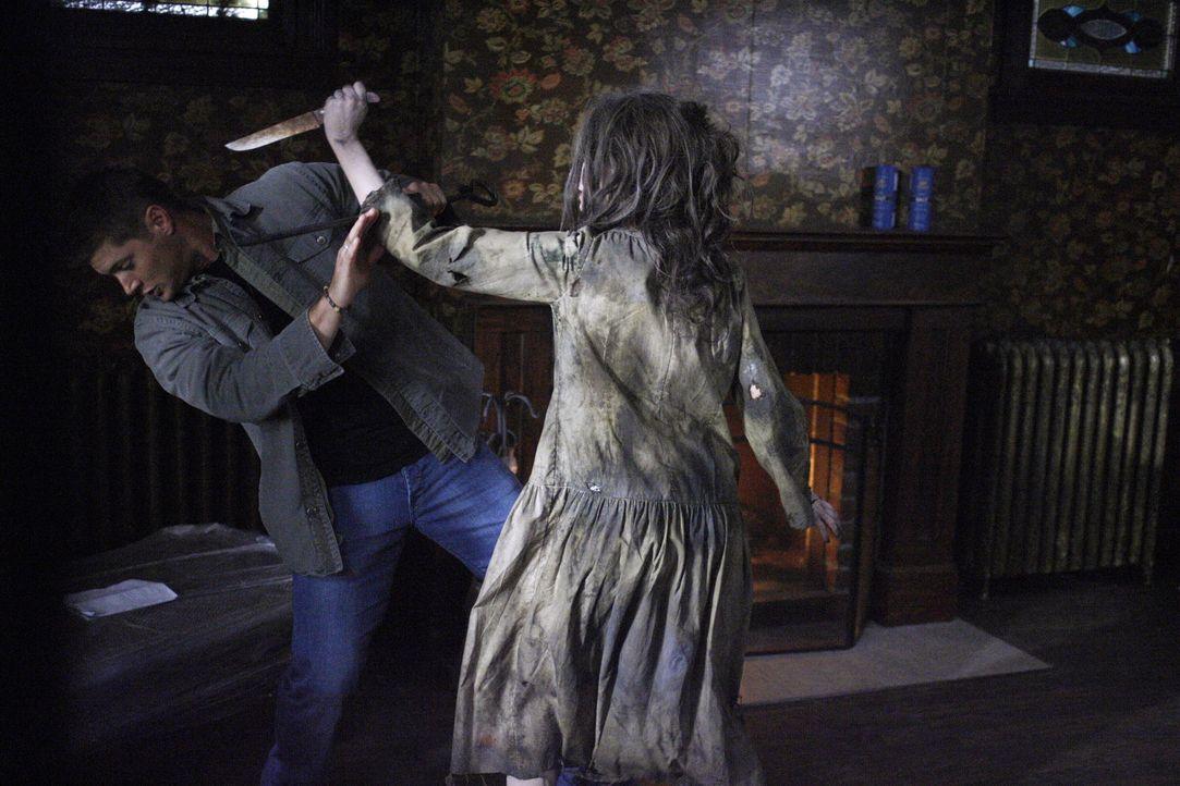 Lizzie (Mandy Playdon, r.), der Geist einer jungen Frau, treibt in einem verlassenen Farmhaus sein Unwesen. Die Brüder Dean (Jensen Ackles, l.) und... - Bildquelle: Warner Brothers