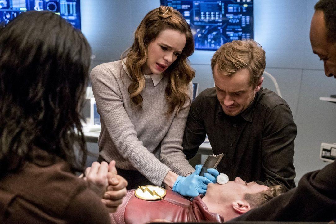 Ein Kampf mit Savitar endet für Barry alias The Flash (Grant Gustin, liegend) beinahe tödlich. Doch Caitlin (Danielle Panabaker, l.), Julian (Tom Fe... - Bildquelle: 2016 Warner Bros.