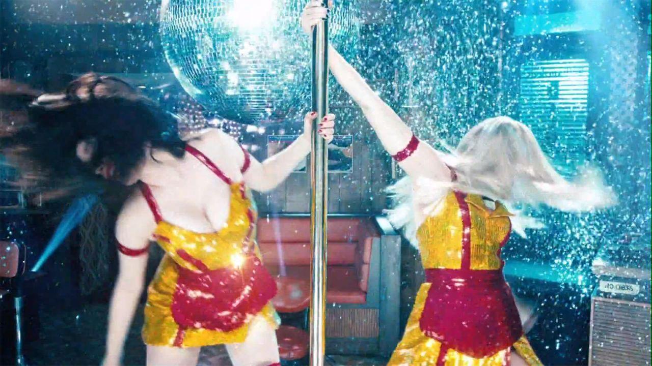 bild-2-broke-girls-super-bowl-sexy-strip-poledance-kat-dennings-beth-behrs-5-cbsjpg 1600 x 900 - Bildquelle: CBS