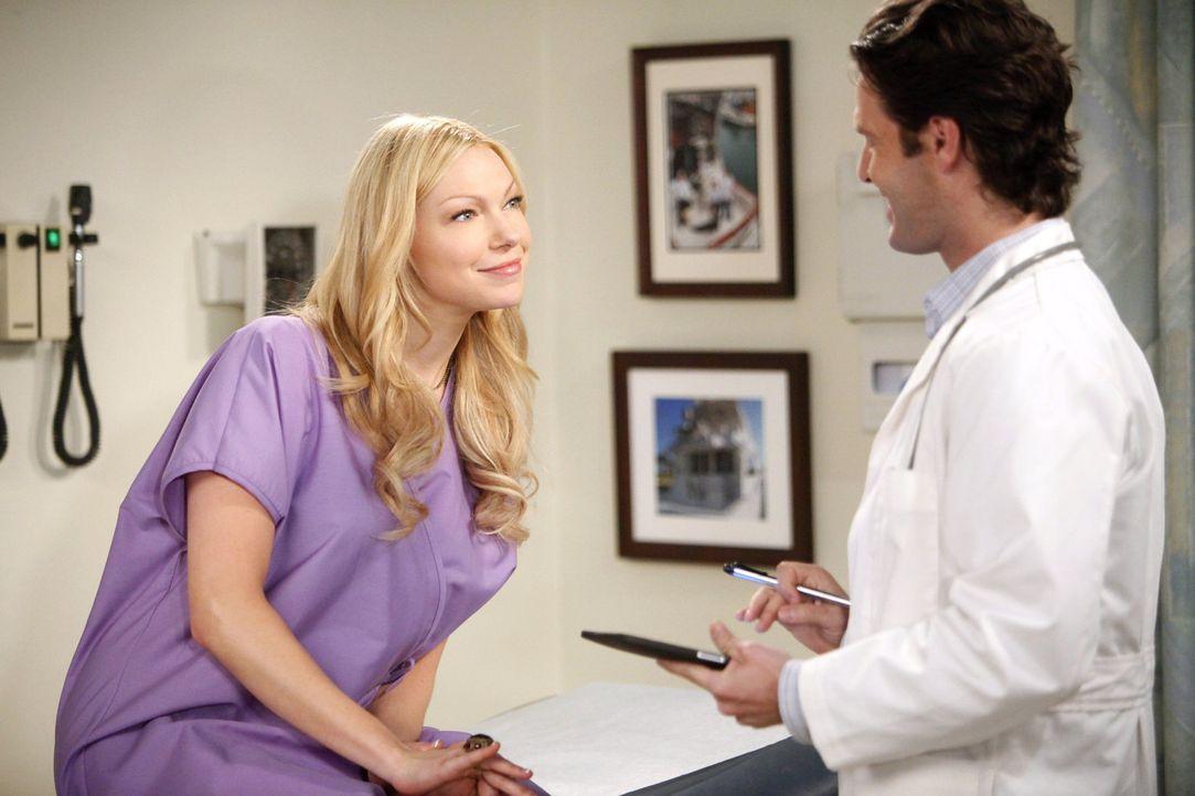 Ihr neuer Gynäkologe Dr. Ben Thomas (Tom Parker, r.), ist für Chelsea (Laura Prepon, l.) ein Sünde wert ... - Bildquelle: Warner Brothers