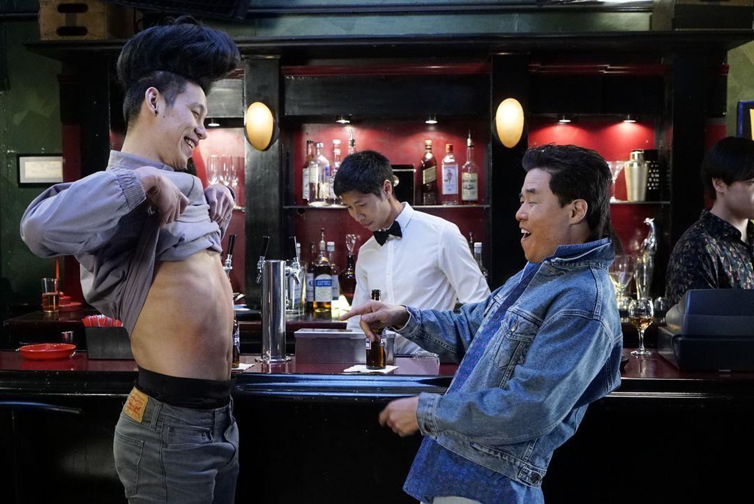 Hauen auf den Putz: die Nebenwirkungen des Alkohols machen Louis (Randall Park, r.) und Chau (Jeremy Lin, l.) nichts aus ... - Bildquelle: 2016-2017 American Broadcasting Companies. All rights reserved.