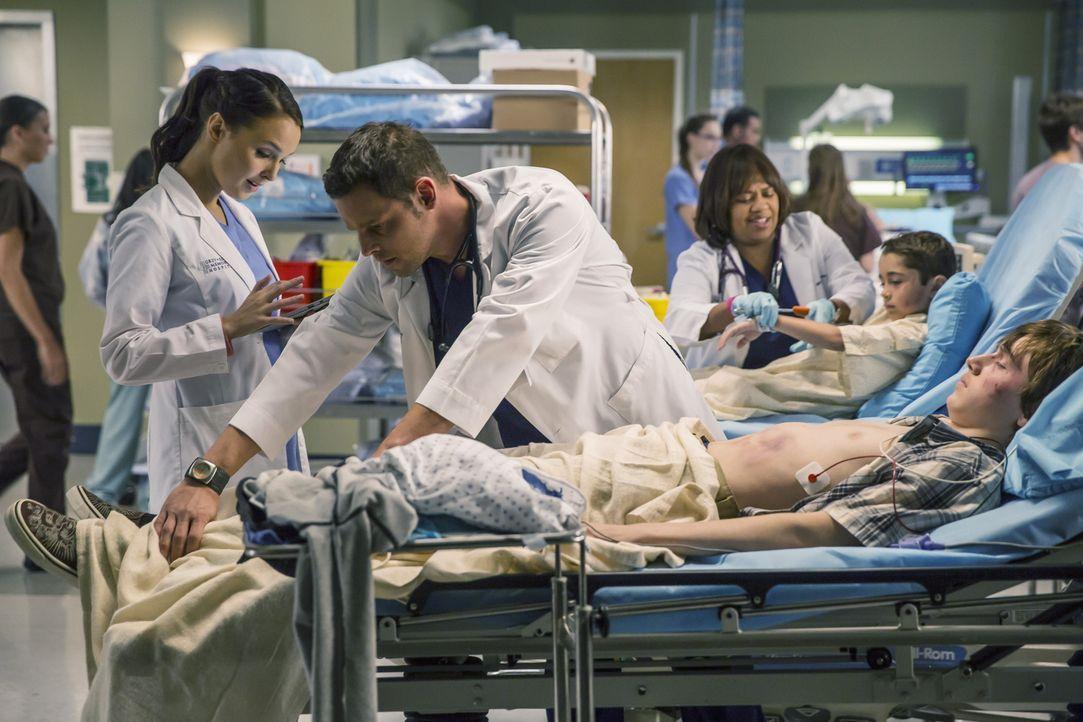 Ein schwerer Autounfall hält Jo (Camilla Luddington, l.) Alex (Justin Chambers, 2.v.l.) und Miranda (Chandra Wilson, M.) auf Trapp. Die drei Ärzte s... - Bildquelle: ABC Studios