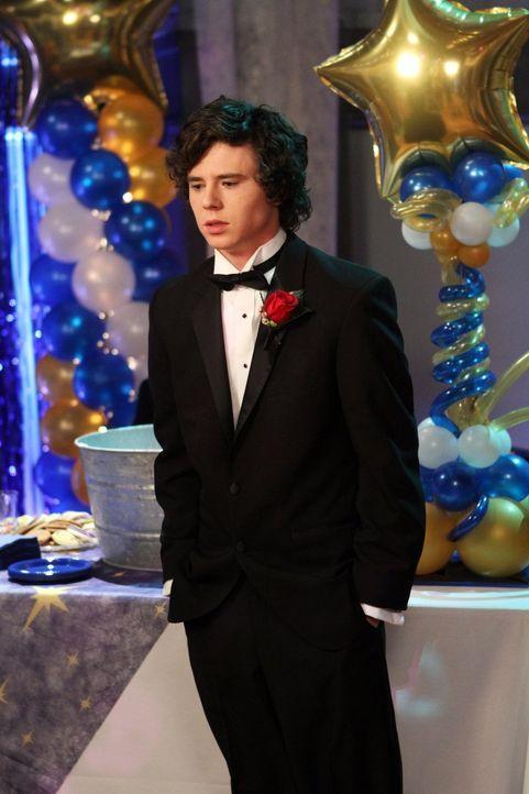 Während Axl (Charlie McDermott) auf dem Schulball in Selbstmitleid versinkt, weil sein Plan, dort ein Mädchen abzuschleppen, gescheitert ist, gerät... - Bildquelle: Warner Brothers