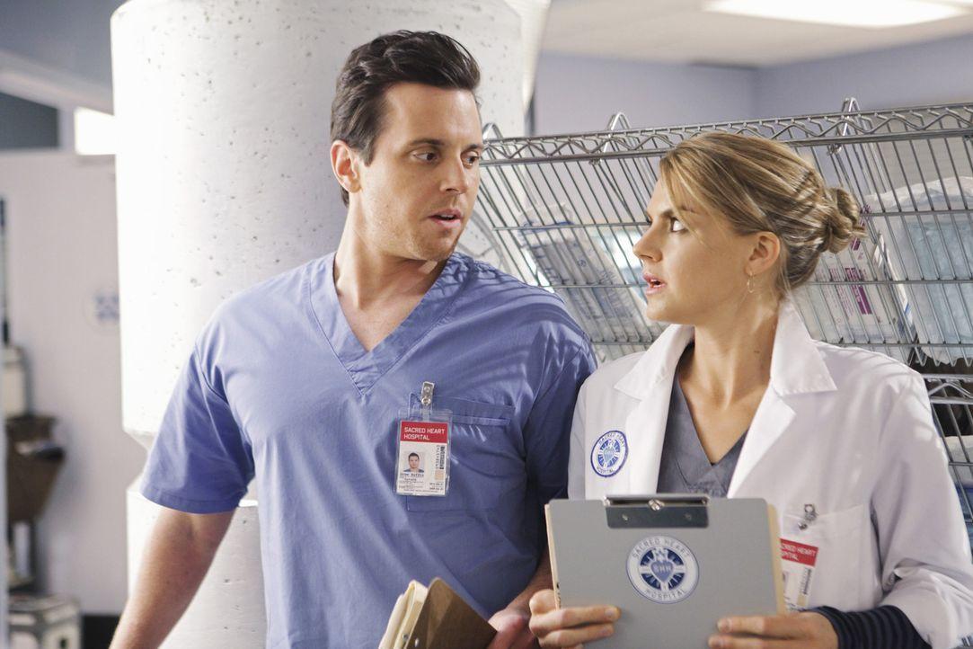 Drew (Michael Mosley, l.) und Denise (Eliza Coupe, r.) stellen fest, dass sie keine Affäre haben, sondern eine richtige Beziehung führen ... - Bildquelle: Touchstone Television