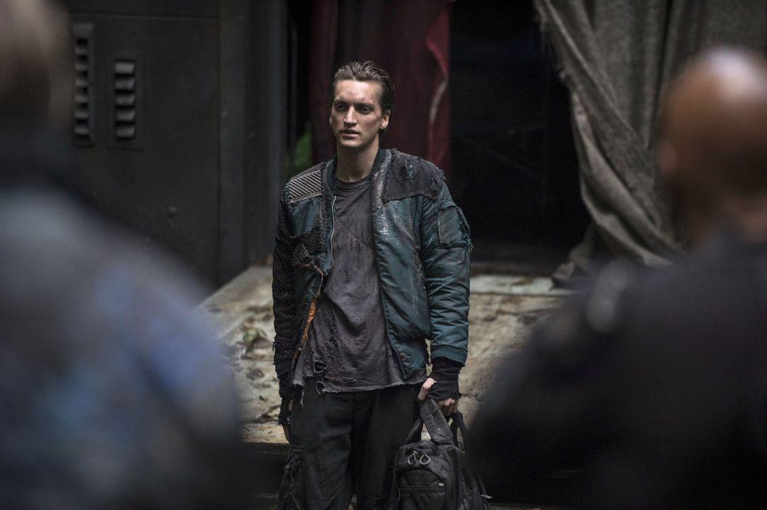 Murphy (Richard Harmon) macht Jaha klar, dass eine Menge Blut an dessen Händen klebt ... - Bildquelle: 2014 Warner Brothers