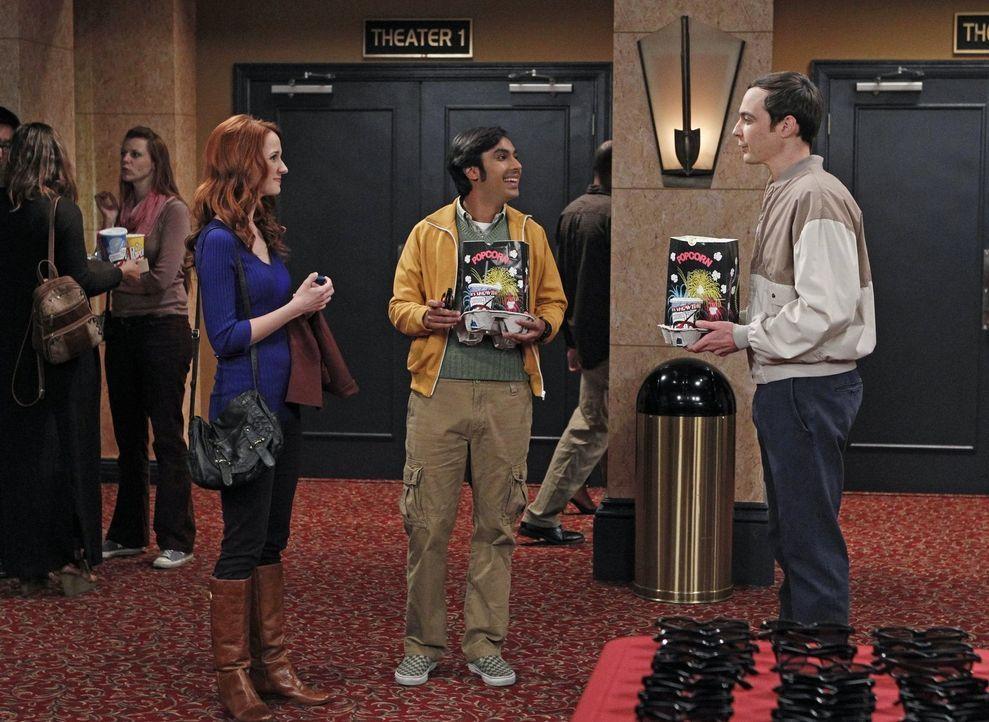Noch ahnen Raj (Kunal Nayyar, M.) und Sheldon (Jim Parsons, r.) nicht, als sie auf Emily (Laura Spencer, l.)  treffen, dass sie in männlicher Beglei... - Bildquelle: Warner Brothers