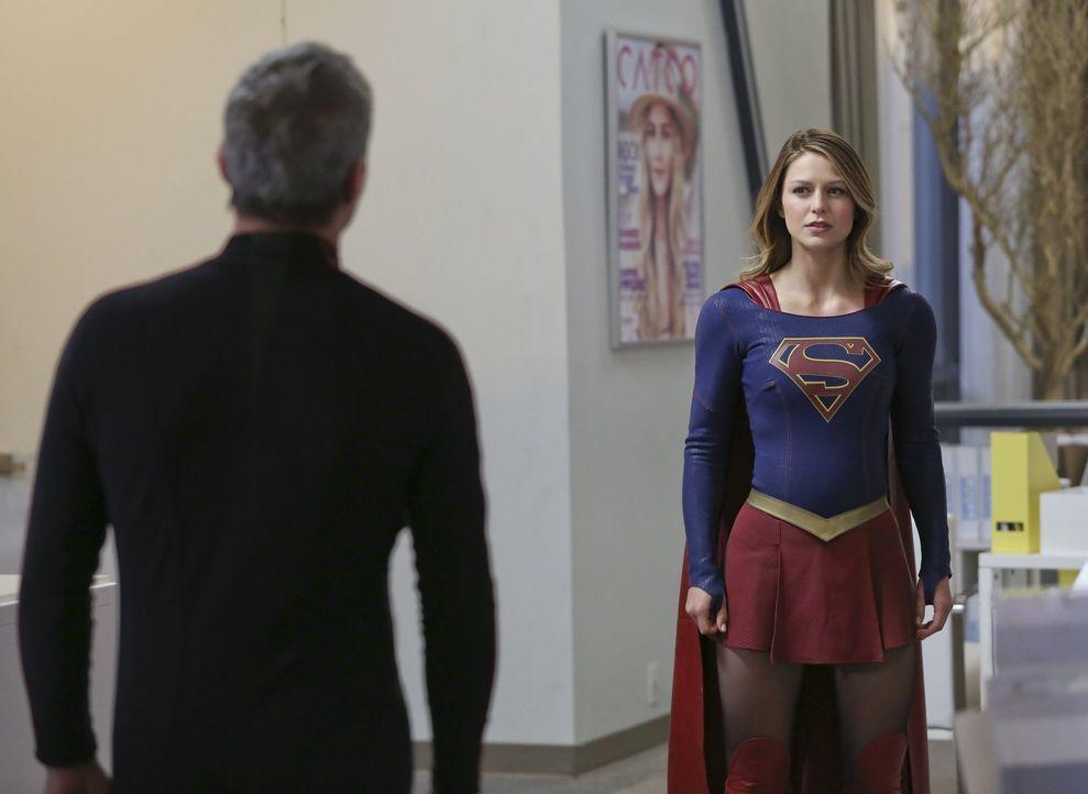 Nachdem Non (Chris Vance, l.) ganz National City unter seine Kontrolle gebracht hat, scheint es für Kara alias Supergirl (Melissa Benoist, r.) nur e... - Bildquelle: 2015 Warner Bros. Entertainment, Inc.