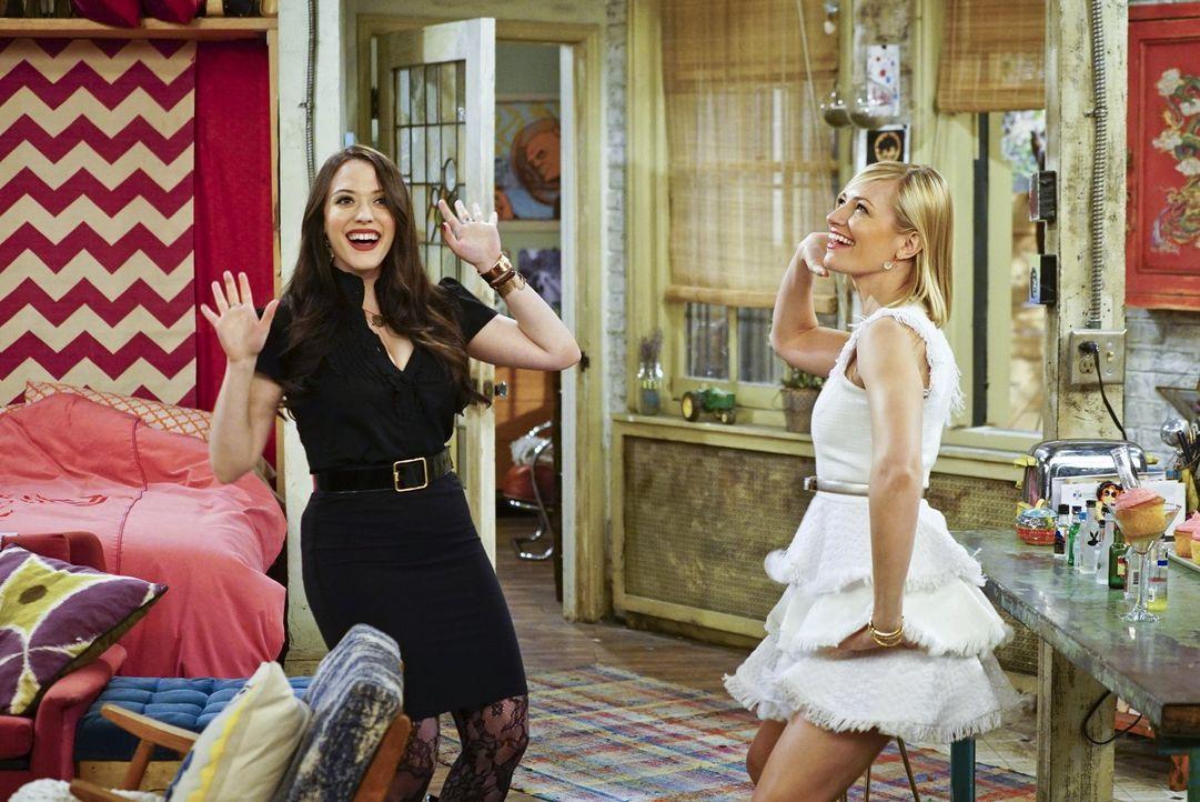 Max (Kat Dennings, l.) und Caroline (Beth Behrs, r.) haben beschlossen, Carolines 250.000 Dollar für eine Erweiterung ihres Cupcake-Geschäfts einzus... - Bildquelle: 2016 Warner Brothers