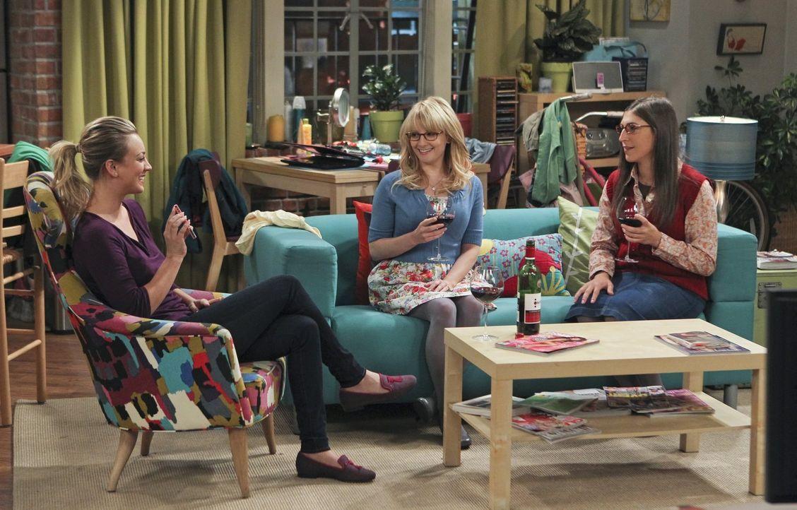Frauengespräche: Bernadette (Melissa Rauch, M.), Amy (Mayim Bialik, r.) und Penny (Kaley Cuoco, l.) ... - Bildquelle: Warner Bros. Television