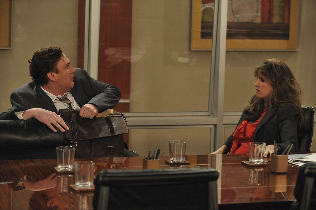 Seit kurzem ist Jenkins (Amanda Peet, r.) in der Abteilung angestellt, in welcher auch Marshall (Jason Segel, l.) arbeitet. Marshall ist von Jenkins... - Bildquelle: 20th Century Fox International Television
