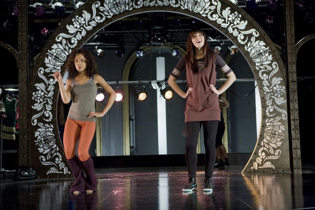 Gemeinsam üben Dana (Tessa Thompson, l.) und Lauryn (Mary Elizabeth Winstead, r.) um den Traum der Tänzerin wahr werden zu lassen ... - Bildquelle: Kinowelt GmbH