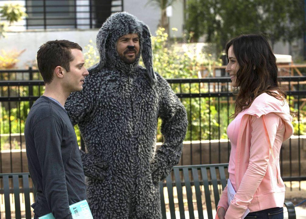 Ryan (Elijah Wood, l.) glaubt, die perfekte Masche entdeckt zu haben, um Frauen wie Kim (Jenny Mollen, r.) für sich zu begeistern. Aber Wilfred (Jas... - Bildquelle: 2013 Bluebush Productions, LLC. All rights reserved.