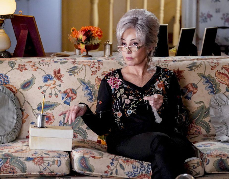 """Connie """"Meemaw"""" Tucker (Annie Potts) - Bildquelle: 2020 Warner Bros. Entertainment Inc. All Rights Reserved."""
