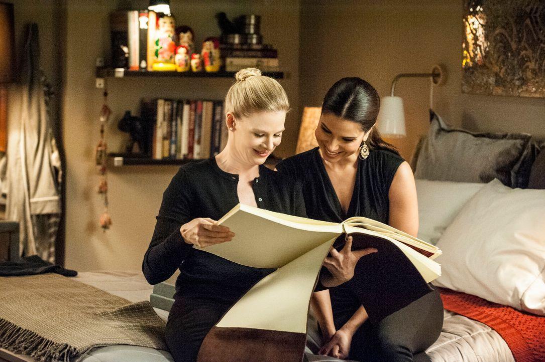 Während Carmen (Roselyn Sanchez, r.) hinter Odessas (Melinda Page Hamilton, l.) Geheimnis kommt, versucht Rosie, an die DVD über Flora zu gelangen .... - Bildquelle: ABC Studios