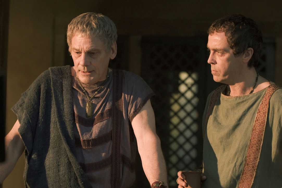 Gerade als Quintus Batiatus (John Hannah, r.) dabei ist, sich in höchsten gesellschaftlichen Kreisen zu etablieren, kehrt sein Vater, Titus Batiatu... - Bildquelle: 2010 Starz Entertainment, LLC