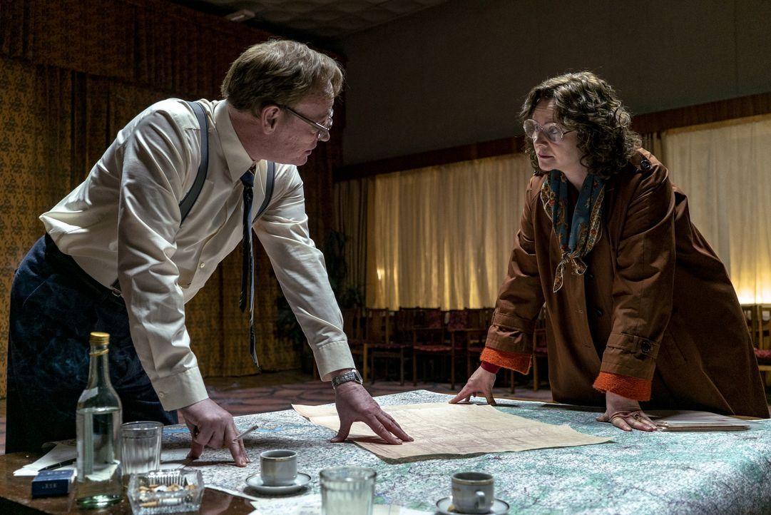 Waleri Legassow (Jared Harris, l.); Ulana Chomjuk (Emily Watson, r.) - Bildquelle: Sky UK Ltd/HBO
