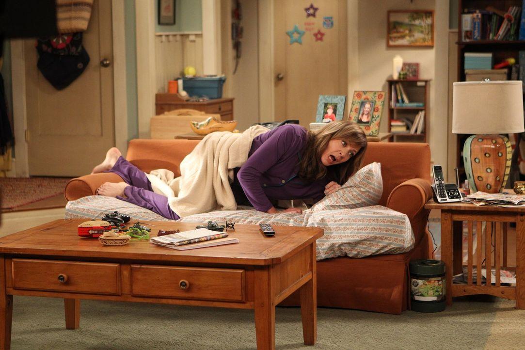 Bonnie (Allison Janney) ist schockiert, als sie feststellt, dass die Couch, auf der sie schon seit Wochen bei ihrer Tochter Christy äußerst unbequem... - Bildquelle: Warner Brothers Entertainment Inc.