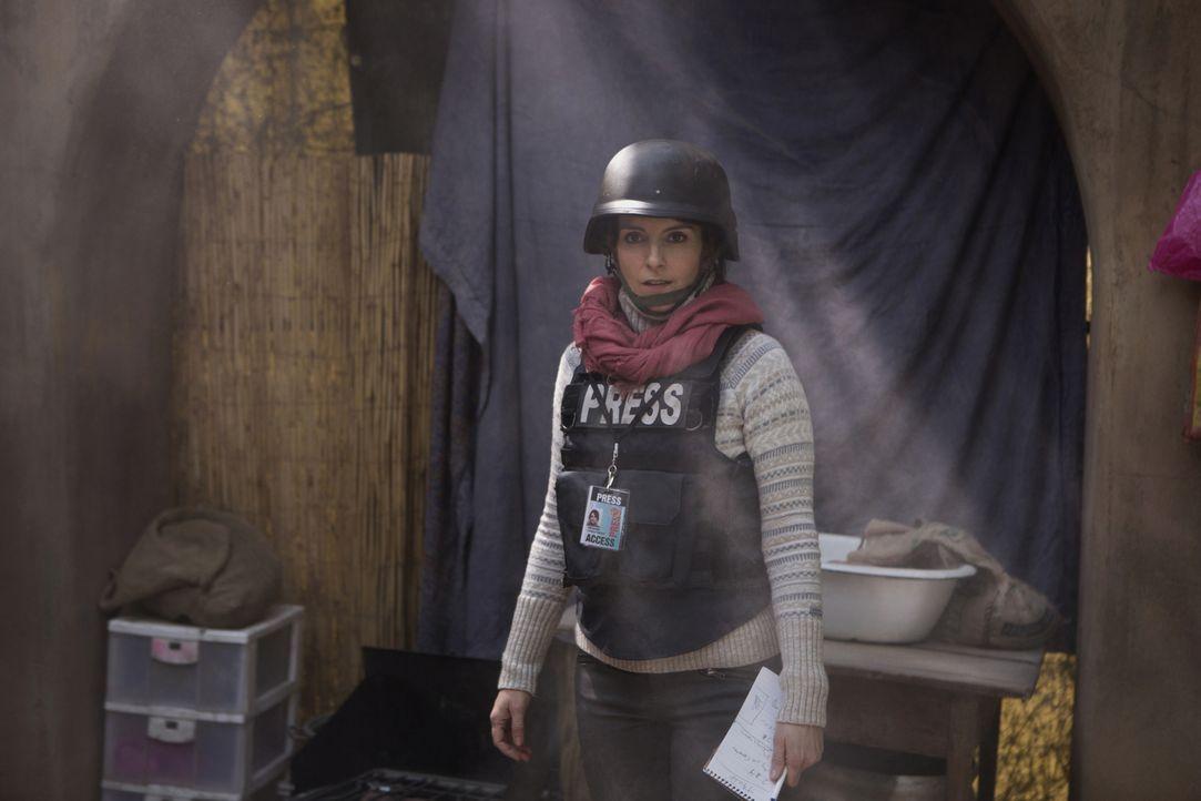 Die Reporterin Kim Baker (Tina Fey) möchte ihrem Alltag entfliehen und reist für die Kriegsberichterstattung nach Kabul. Doch schon bald muss sie er... - Bildquelle: Frank Masi 2015 Paramount Pictures. All Rights Reserved.