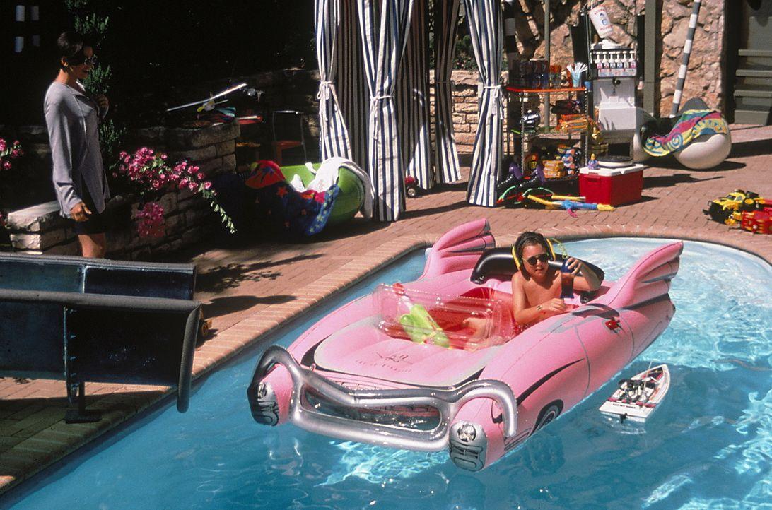 Mit Hingabe plantscht Preston (Brian Bonsall, r.) in seinem überraschenden Reichtum. Shay (Karen Duffy, l.) jedoch befürchtet, dass dieser bald wie... - Bildquelle: Walt Disney Pictures
