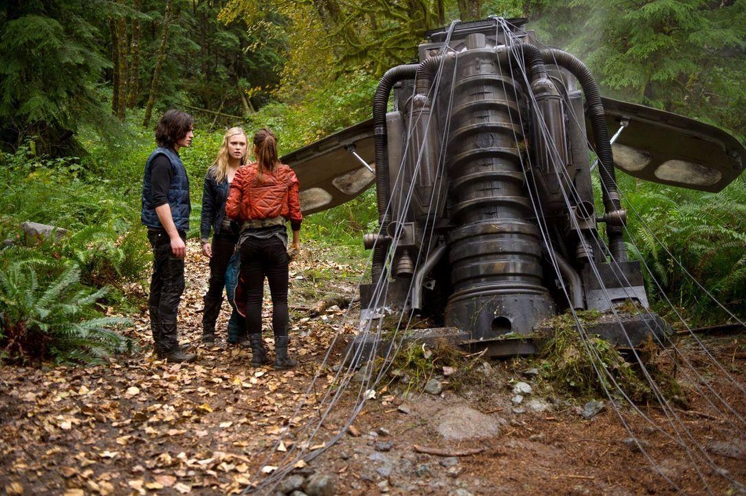 Voller Entsetzen muss Clarke (Eliza Taylor, M.) sich eingestehen, dass Finn (Thomas McDonell, l.) sein Herz bereits an Raven (Lindsey Morgan, r.) ve... - Bildquelle: Warner Brothers