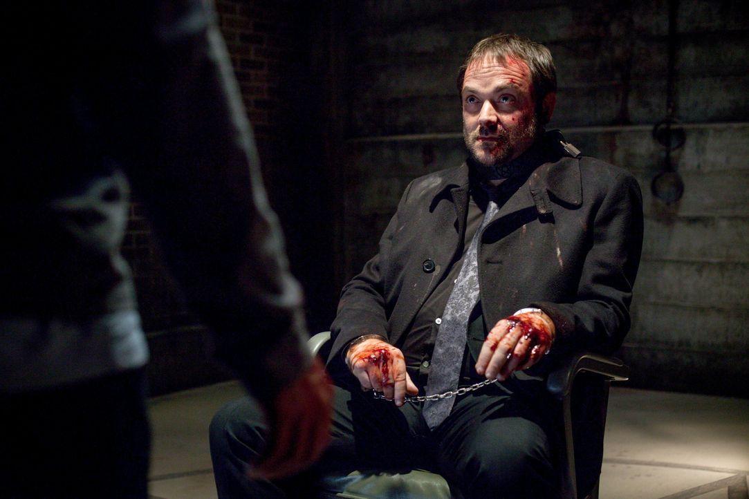 Obwohl die Erinnerungen an seine Menschlichkeit ihm bereits zugesetzt haben, weiß Crowley (Mark Sheppard) immer noch, wie er seine Gegner aus der Re... - Bildquelle: 2013 Warner Brothers