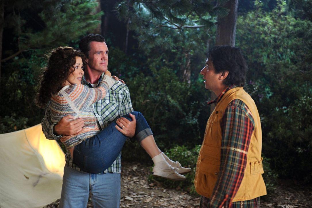 Als ein Campingausflug mit den Kindern droht, zu einem Desaster zu werden, rekapitulieren Frankie (Patricia Heaton, l.) und Mike (Neil Flynn, M.) ih... - Bildquelle: Warner Brothers