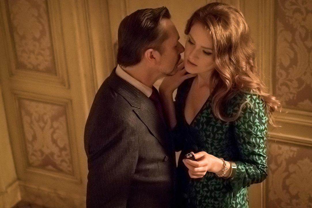 Ein Amulett, dass Ivy (Maggie Geha, r.) dem Antiquitätenhändler Anton (Jeremy Crutchley, l.) geklaut hat, sorgt für Aufregung bei ihr und Selina ...... - Bildquelle: Warner Brothers