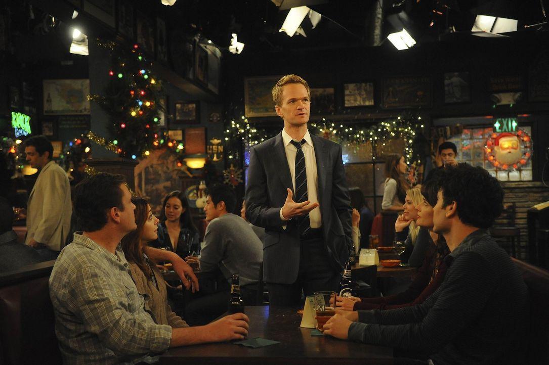 Barney (Neil Patrick Harris, M.) entdeckt die Freude am Schenken an Weihnachten, wodurch seine Freunde Marshall (Jason Segel, l.) und Lily (Alyson H... - Bildquelle: 20th Century Fox International Television