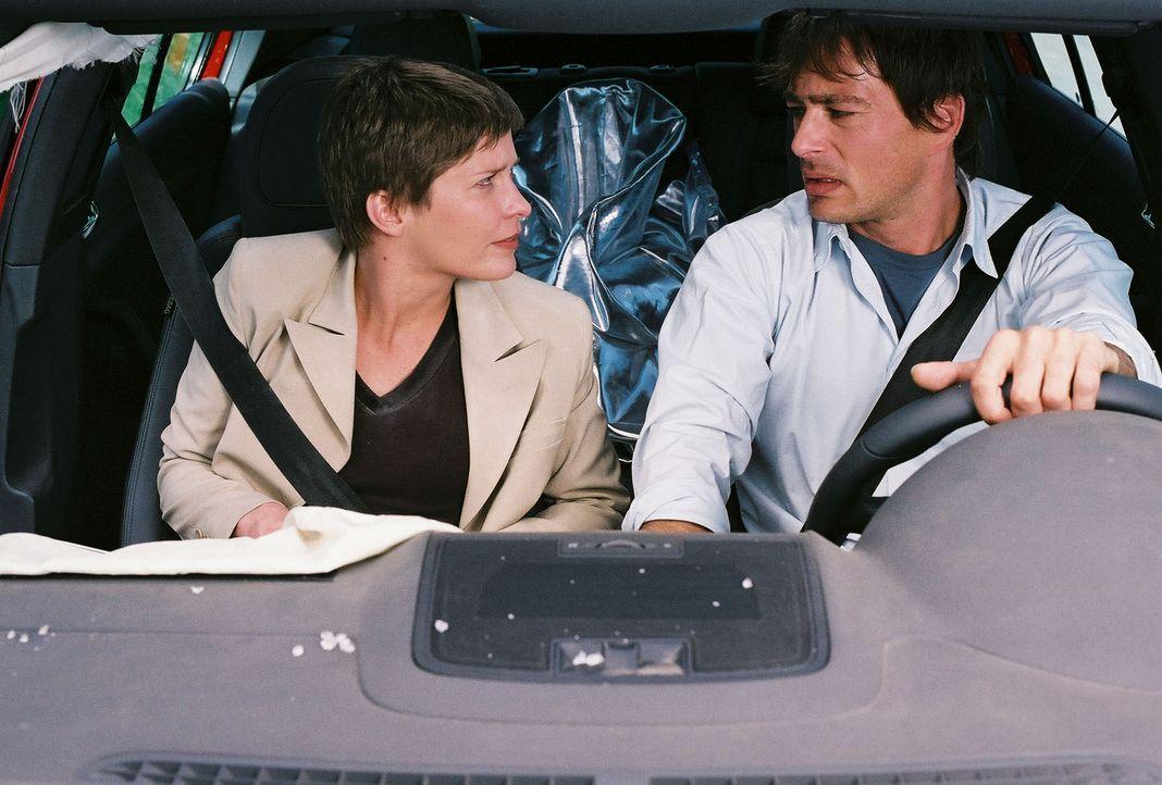 Konzernchef-Gattin Kristina (Valerie Niehaus, l.) kann's nicht fassen: Ihr neuer Chauffeur (Jan Sosniok, r.) ist ausgerechnet der Typ, der ihr den 3... - Bildquelle: Prosieben