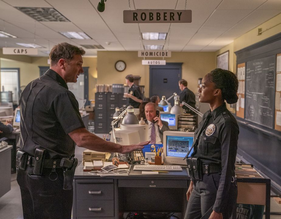 Officer Brogan McCluskey (Karl Makinen, l.); Athena (Pepi Sonuga, r.) - Bildquelle: Jack Zeman 2019-2020 Twentieth Century Fox Film Corporation.  All rights reserved. / Jack Zeman