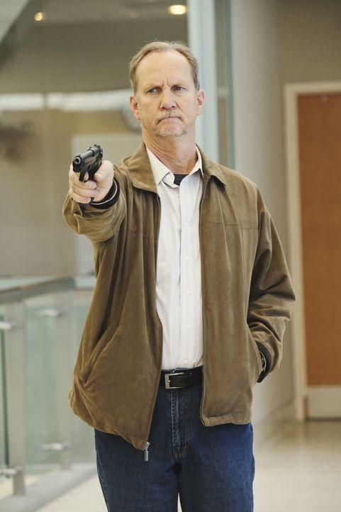 Die Katastrophe im Krankenhaus hat noch kein Ende. Mr. Clark (Michael O'Neill) schießt weiter um sich, um den Tod an seiner Frau zu rächen ... - Bildquelle: Touchstone Television