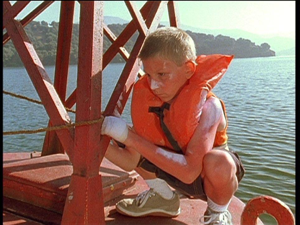 Dewey (Erik Per Sullivan) wurde auf einer Boje ausgesetzt, damit er die anderen Jungs nicht stört. - Bildquelle: TM +   Twentieth Century Fox Film Corporation. All Rights Reserved.
