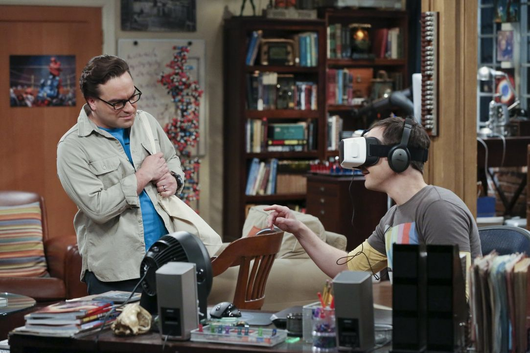 Sheldons (Jim Parsons, r.) Begeisterung für die Simulation eines Aufenthalts im Wald bringt Leonard (Johnny Galecki, l.), Amy und Penny auf die Idee... - Bildquelle: 2016 Warner Brothers