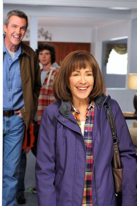 Frankie (Patricia Heaton, r.) ist hin und weg, als sie mit Mike (Neil Flynn, l.), Axl (Charlie McDermott, M.), Sue und Brick ein modernes Apartment... - Bildquelle: Warner Brothers