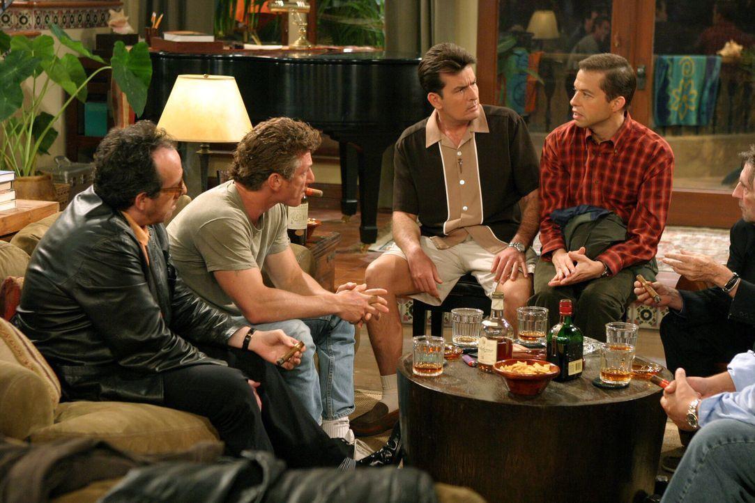 Charlies (Charlie Sheen, 2.v.r.) Freunde (Elvis Costello, l., Sean Penn, 2.v.l.) geben Alan (Jon Cryer, r.) eine Chance, die er allerdings gründlic... - Bildquelle: Warner Bros. Television