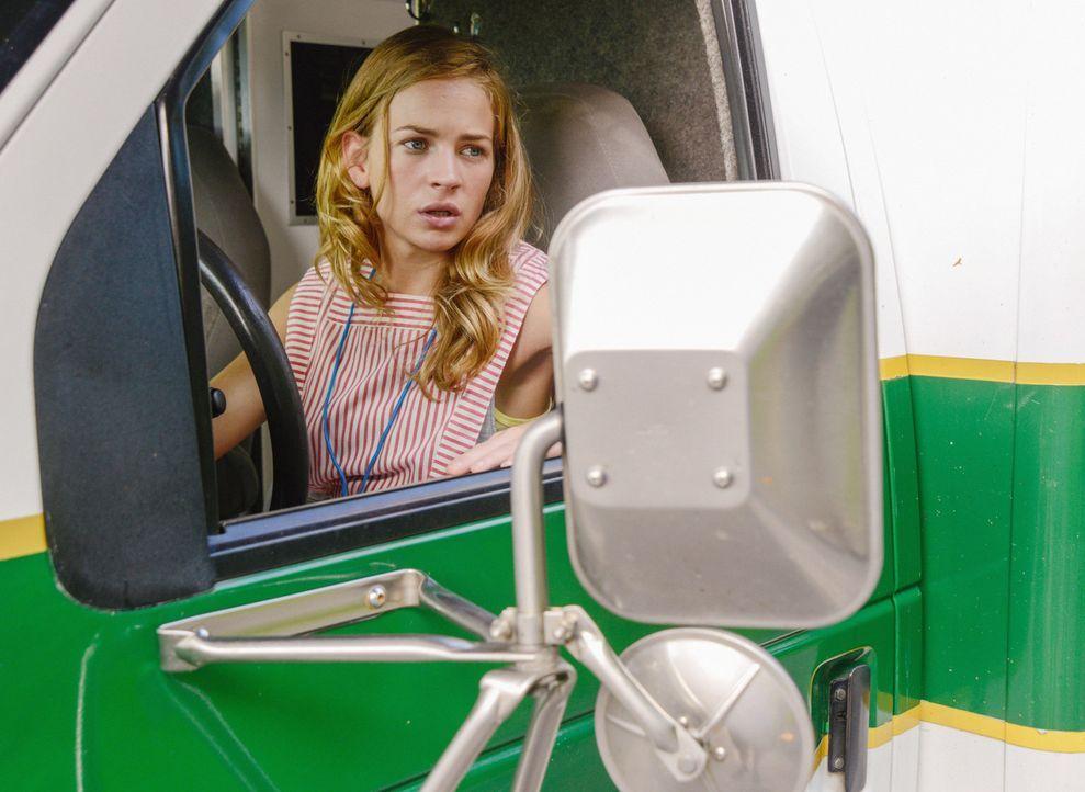 Versucht alles, um Julia vor Big Jim zu schützen: Angie (Britt Robertson) ... - Bildquelle: 2013 CBS Broadcasting Inc. All Rights Reserved