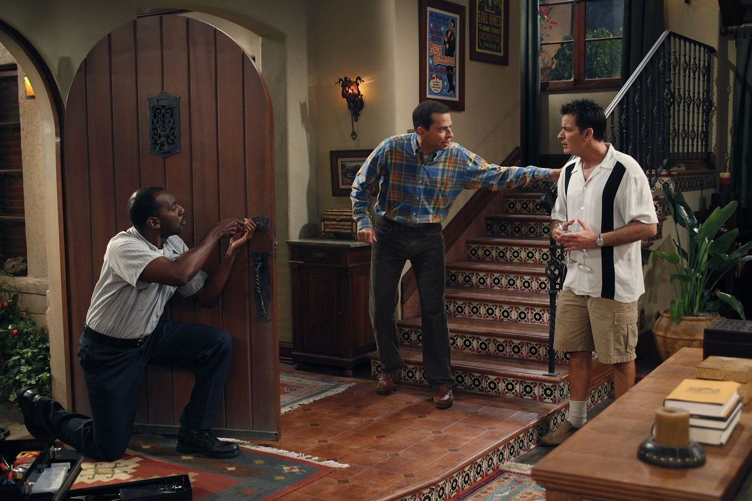 Um vor Alan (Jon Cryer, M.) Sicher zu sein, lässt Charlie (Charlie Sheen, r.) vom Schlüsseldienst (Rodney J. Hobbs, l.) das Türschloss auswechsel... - Bildquelle: Warner Brothers Entertainment Inc.