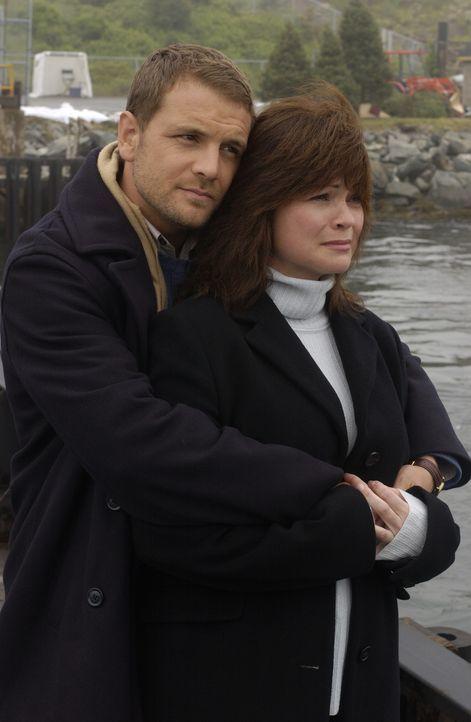 Gemeinsam mit Noah (David Cubitt, l.) macht sich Kathleen (Valerie Bertinelli, r.) auf die Suche nach John Christmas. Doch dieser scheint spurlos ve... - Bildquelle: CBS International Television
