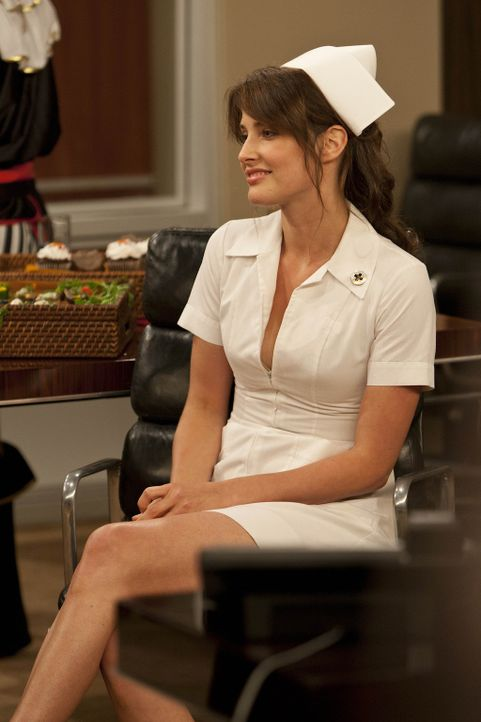 Als Robin (Cobie Smulders) am Tag nach Halloween etwas zerzaust und in Krankenschwestern-Outfit zu Hause auftaucht, möchte vor allem Lily wissen, m... - Bildquelle: 20th Century Fox International Television