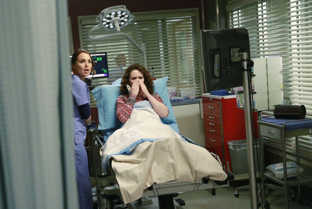Jo (Camilla Luddington, l.) kümmert sich um Andrea (Crista Flanagan, r.), bei der sich eine wurmähnliche Kreatur in ihrer Nase befindet, während Owe... - Bildquelle: ABC Studios