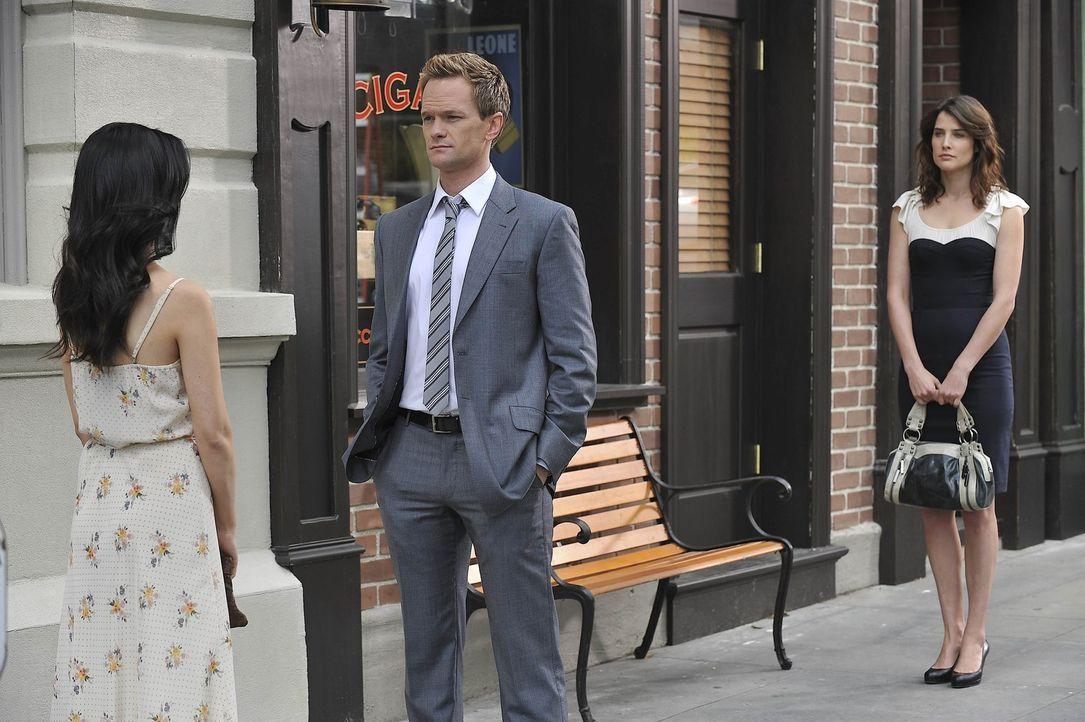 Nachdem Barney (Neil Patrick Harris, M.) und Robin (Cobie Smulders, r.) die Sprengung gesehen haben, sagt sie ihm, dass sie stolz auf ihn sei. Doch... - Bildquelle: 20th Century Fox International Television