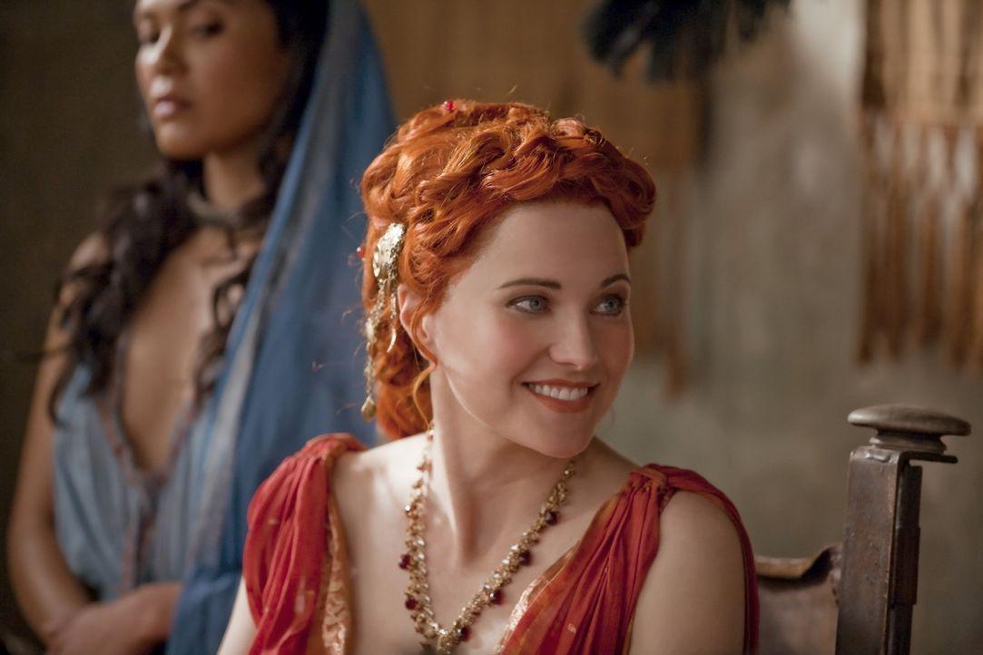 Lucretia (Lucy Lawless, r.) hat für Naevias (Lesley-Ann Brandt, l.) Unberührtheit gesorgt, doch jetzt verschenkt diese Batiatus an Ashur ... - Bildquelle: 2010 Starz Entertainment, LLC