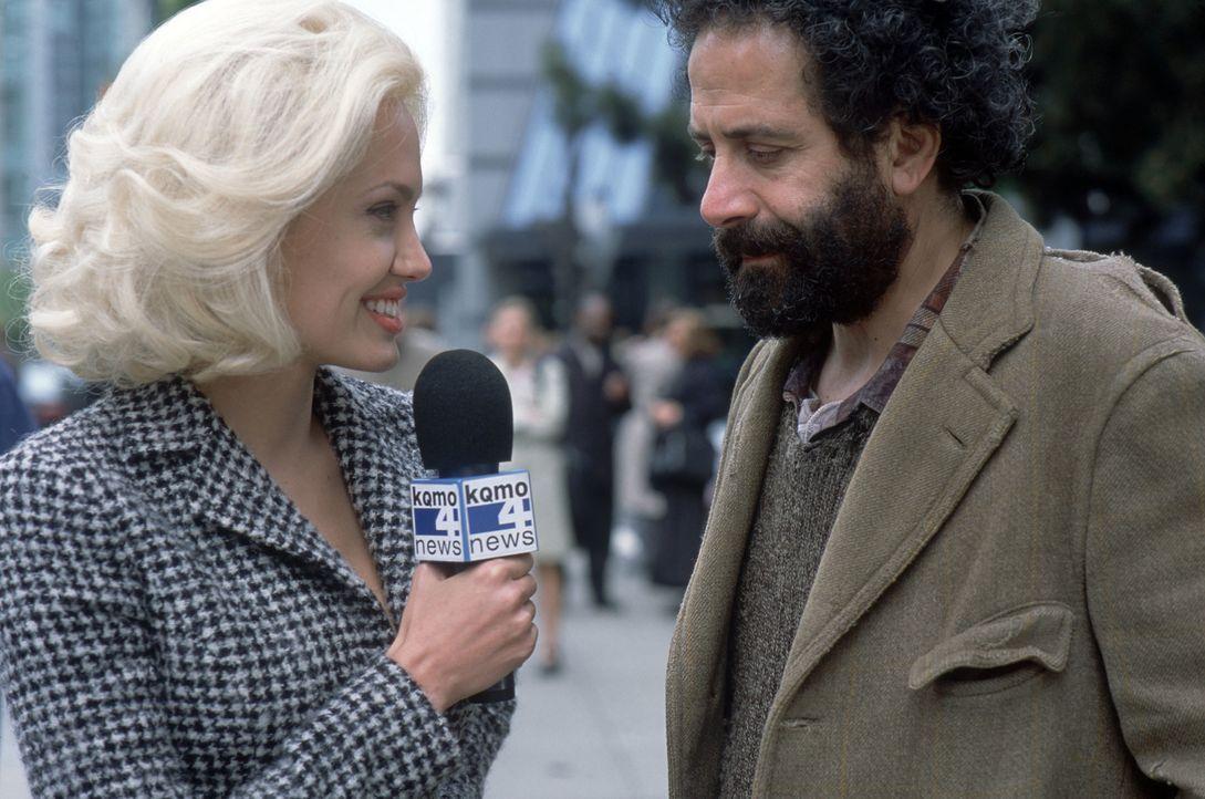 """TV-Reporterin Lainie (Angelina Jolie, l.) ist geschockt: """"Morgen hagelt es, und Donnerstag werden Sie sterben"""" orakelt der obdachlose Hellseher Jack... - Bildquelle: 2002 Twentieth Century Fox Film Corporation.  All rights reserved."""