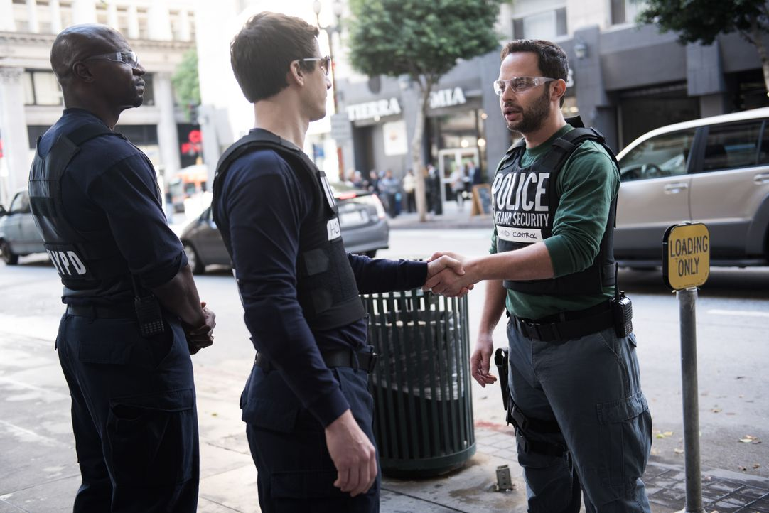 (v.l.n.r.) Terry Jeffords (Terry Crews); Jake Peralta (Andy Samberg); Agent Kendrick (Nick Kroll) - Bildquelle: Eddy Chen 2014 UNIVERSAL TELEVISION LLC. All rights reserved / Eddy Chen