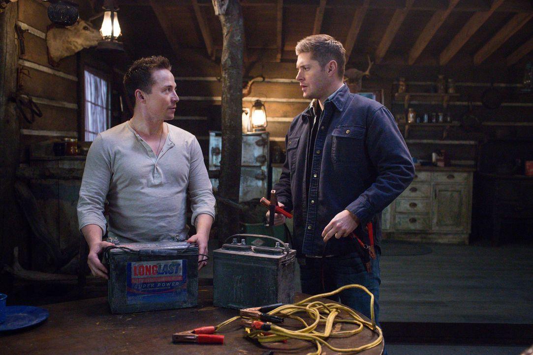 Cole (Travis Aaron Wade, l.) taucht plötzlich auf, als Dean (Jensen Ackles, r.) und Sam einen Fall bearbeiten, bei dem Soldaten zu brutalen Killern... - Bildquelle: 2016 Warner Brothers