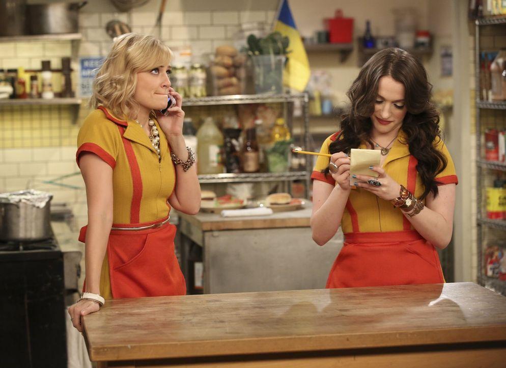Max (Kat Dennings, r.) und Caroline (Beth Behrs, l.) hoffen, dass ihr neues Geschäftsmodell auch die Bank überzeugt ... - Bildquelle: Warner Bros. Television