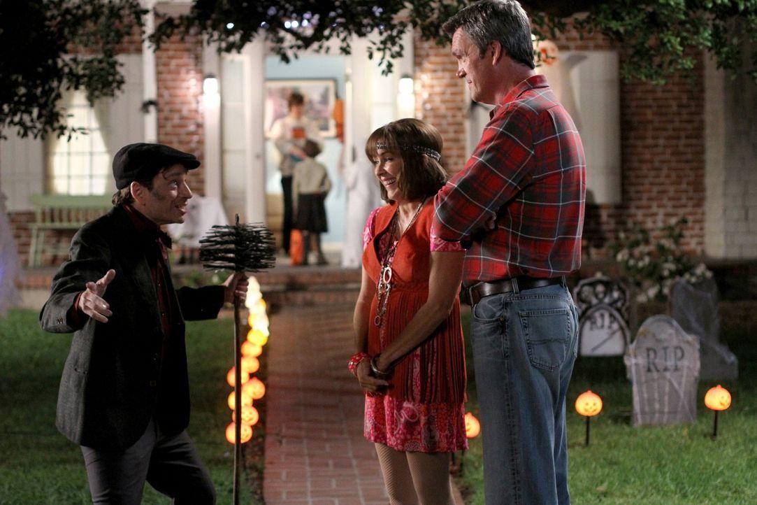 Während Bob (Chris Kattan, l.) und Frankie (Patricia Heaton, M.) mit Herzblut beim Verkleiden dabei sind, spielt Mike (Neil Flynn, r.) die Spaßbrems... - Bildquelle: Warner Brothers