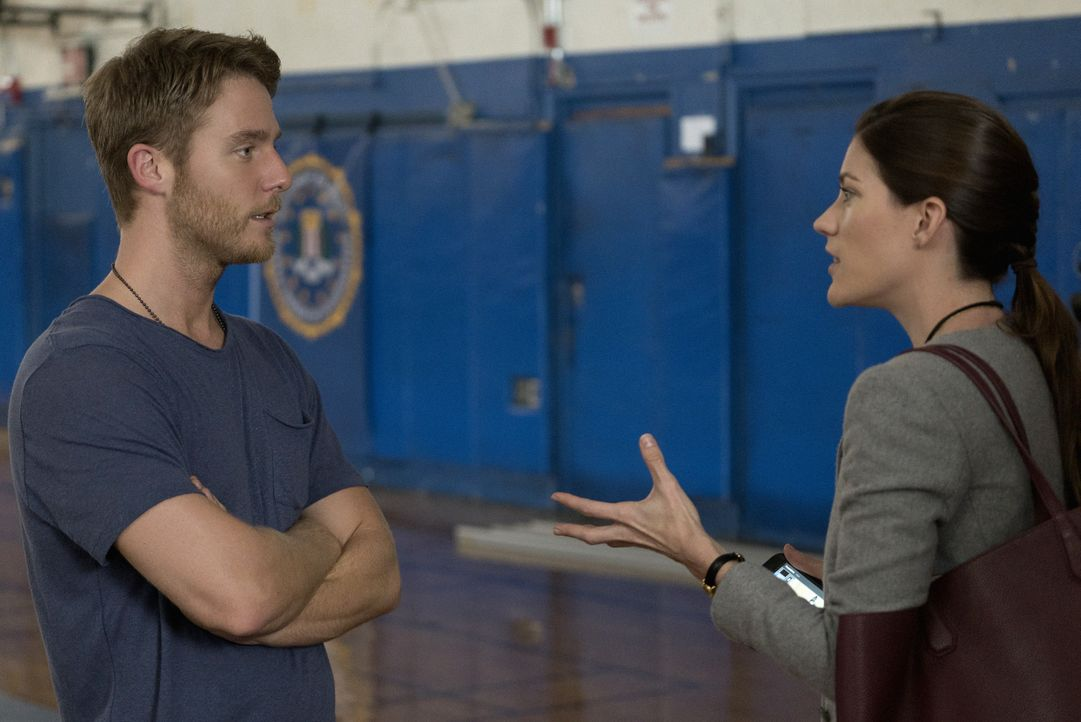 Bei seiner Arbeit erfährt Brian (Jake McDorman, l.) ein schockierendes Geheimnis über Rebeccas (Jennifer Carpenter, r.) verstorbenen Vater. Doch er... - Bildquelle: Michael Parmelee 2015 CBS Broadcasting, Inc. All Rights Reserved