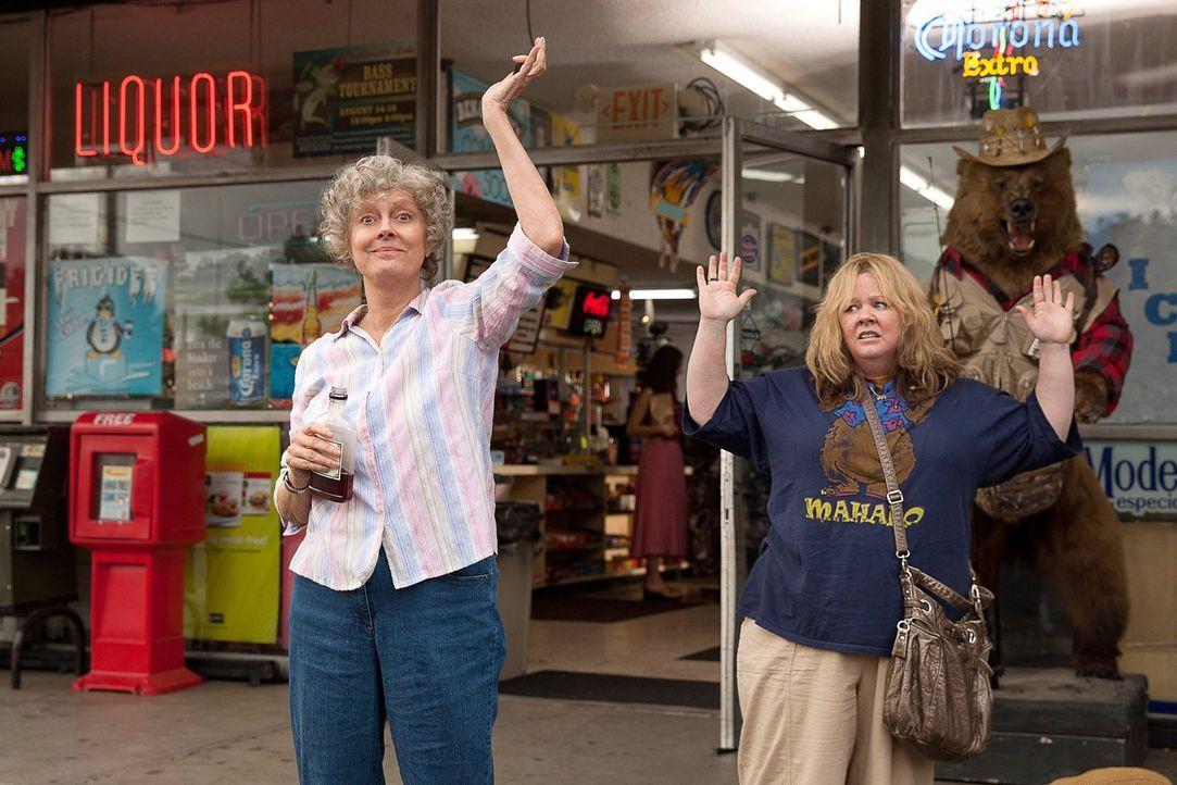 Verhaftet: Oma Pearl (Susan Sarandon, l.) und Tammy (Melissa McCarthy, r.) ... - Bildquelle: Warner Bros. Television